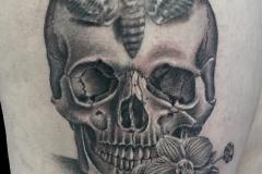 Tatouage crâne papillon cuisse