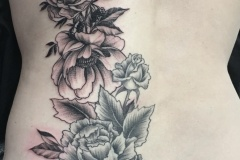 Tatouage fleurs dos femme