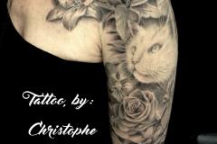 Tatouage fleurs et chat