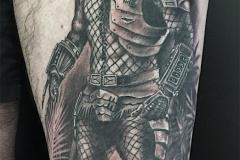 Predator tatoué sur une cuisse