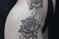 Tatouage roses et ornements hanche