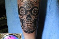 Crâne mexicain tatoué sur un avant-bras