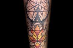 tatouage lotus et symbole énergétique
