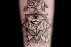 tatouage energetique et rose graphique