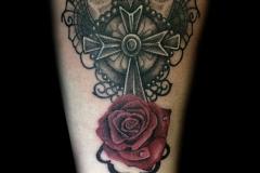 tatouage rose et croix